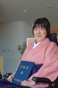 西岡奈緒子さん:着物と袴で大学を卒業